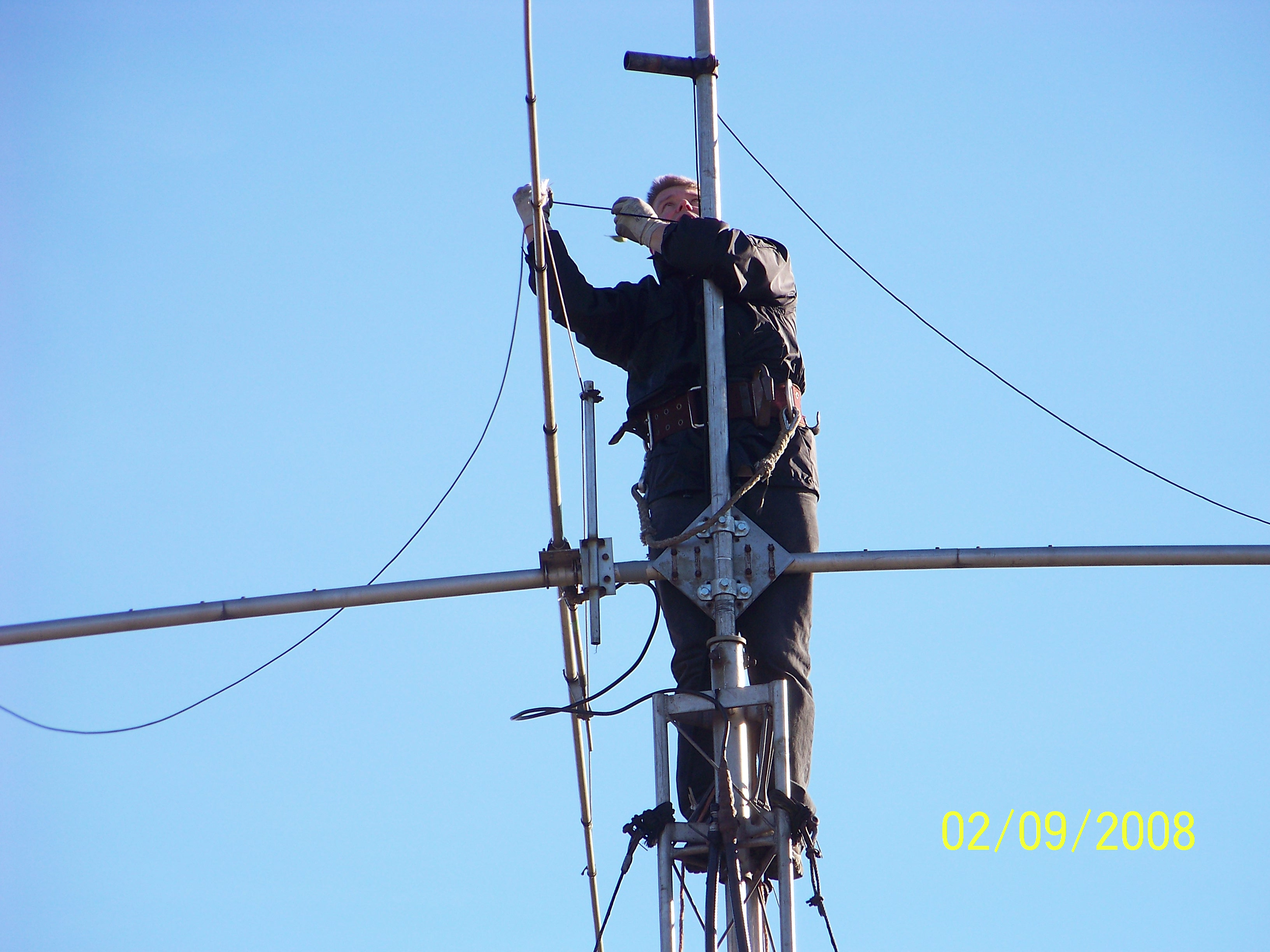 100_0087.jpg - Alex PA1AW trying to repair the 3 el. 20m yagi