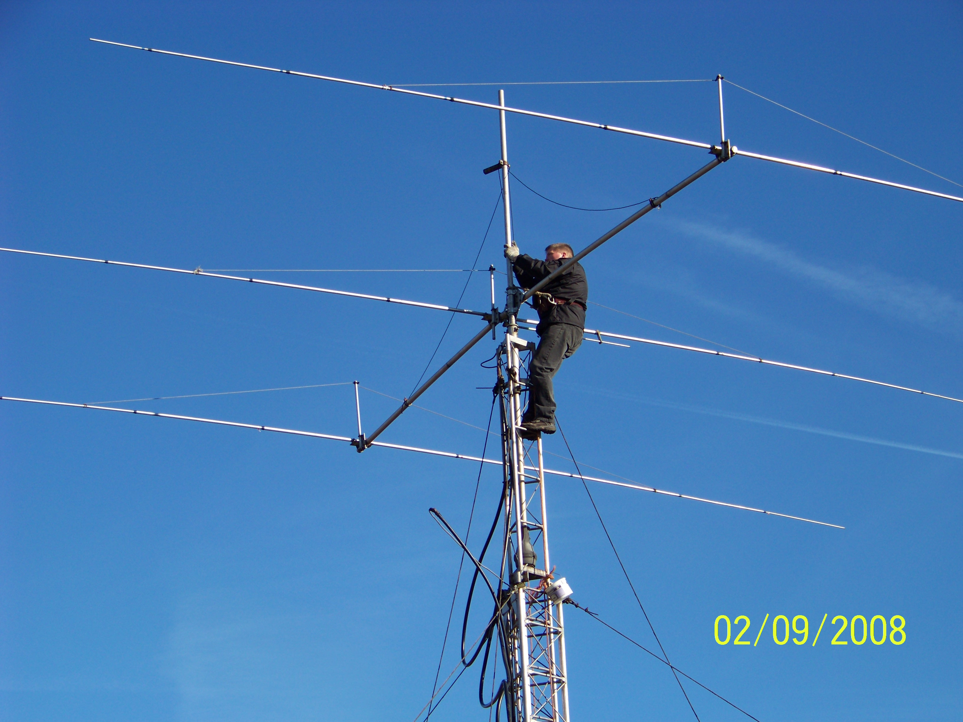 100_0088.jpg - Alex PA1AW trying to repair the 3 el. 20m yagi